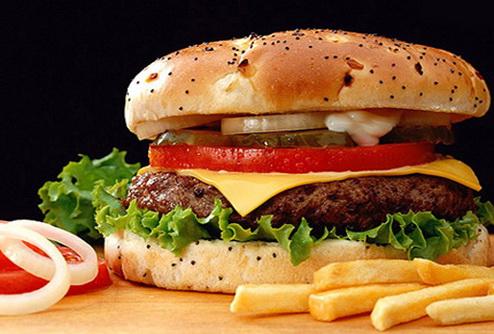 Житель Швеции проткнул десну гвоздем из гамбургера