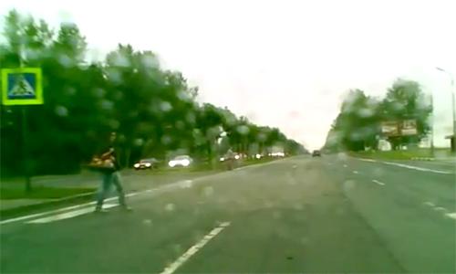 Остановился пропустить пешехода